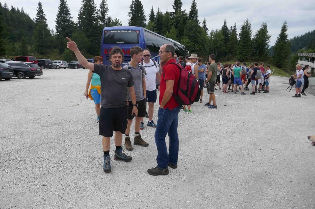 20190810_6_unser Bergführer zeigt uns die Wanderrichtung